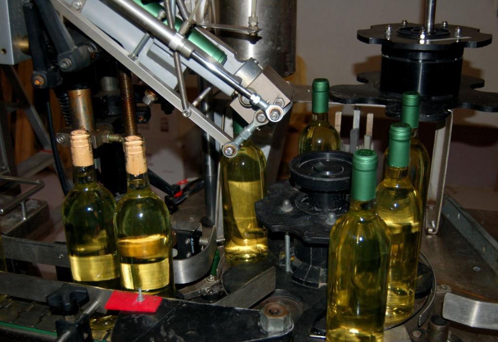 Abfüll-Maschine mit Weisswein-Flaschen